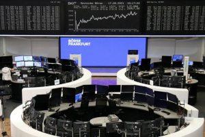 L'Europe finit dans le désordre, Wall St recule après les ventes au détail