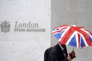 L'Europe soutenue par le transport aérien, la prudence domine à Wall Street